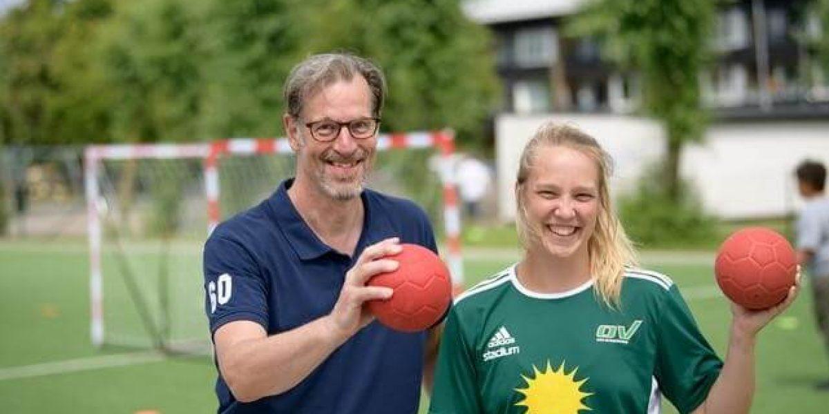Mats Jacobson är projektledare för satsningen som pågått i fem år. Emelie Kristiansson, lagkapten i OV:s damlag, lär ut handboll till Elinebergsskolans barn. Bild: Tom Wall